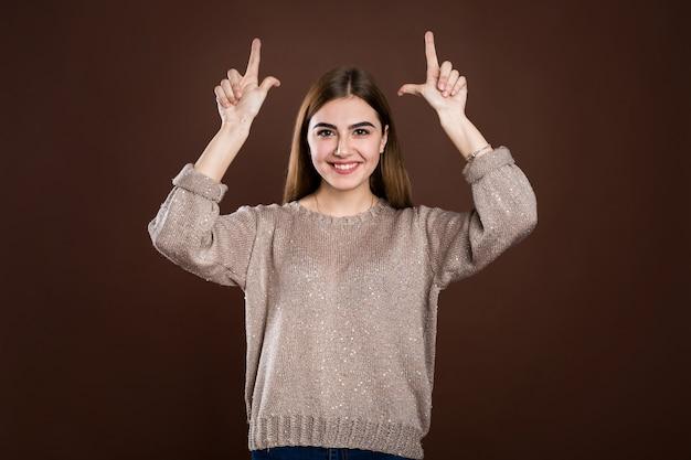 A menina bonita com dedos aponta para cima