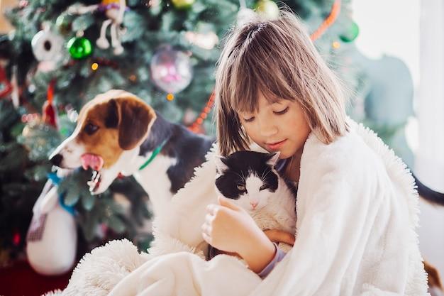 A menina bonita embarcing um gato
