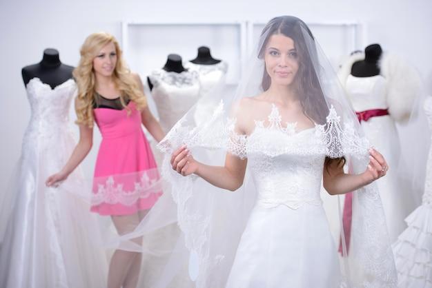A menina bonita experimentou em um vestido de casamento só.