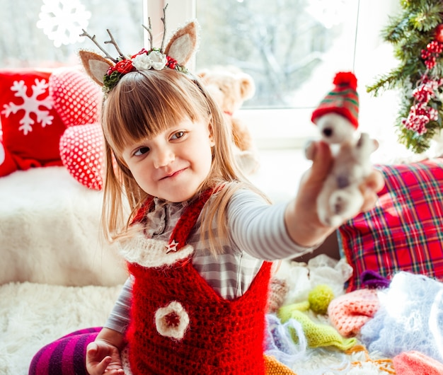 A menina bonita mantém um brinquedo