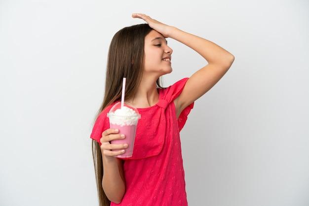 A menina com milk-shake de morango sobre um fundo branco isolado percebeu algo e pretende a solução
