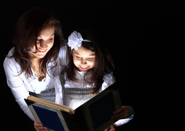 A menina com minha mãe encontrou um livro maravilhoso.
