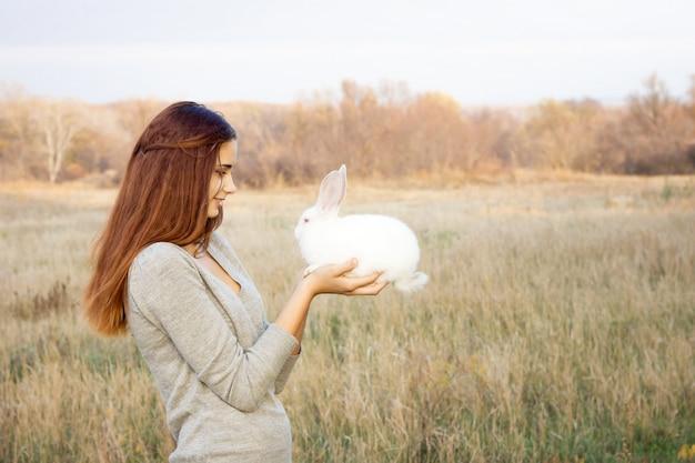 A menina com o coelho