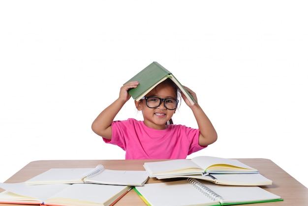 A menina com vidros pensou e muitos registra na tabela. de volta ao conceito de escola