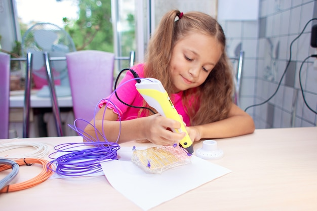 A menina cria brinquedos usando uma caneta 3d. entretenimento infantil moderno. criação de objetos volumétricos. desenho no espaço 3d