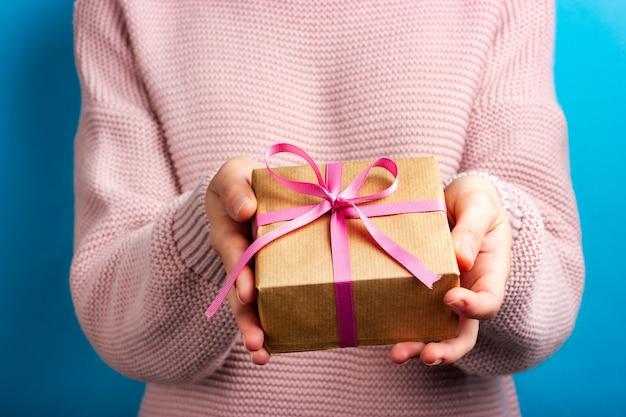 A menina dá um presente festivo ao seu amado.