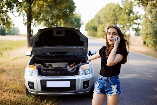 A menina de angree chama ao centro de serviço do carro e pede uma ajuda