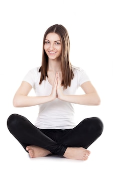 A menina de sorriso meditação praticando