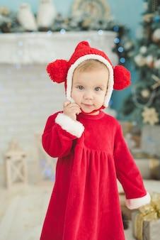 A menina debaixo da árvore de natal