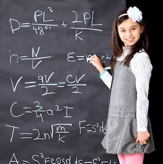 A menina decide fazer equações matemáticas.