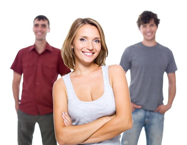 A menina e dois jovens isolados no branco