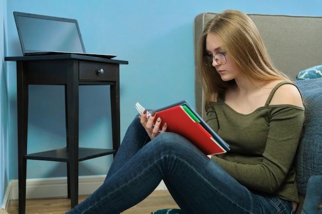 A menina é estudante universitário que estuda em casa