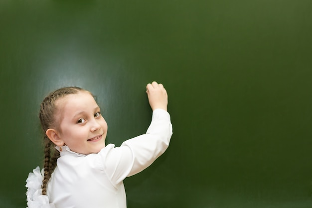 A menina é uma aluna do ensino fundamental, escreve um pequeno conselho escolar.