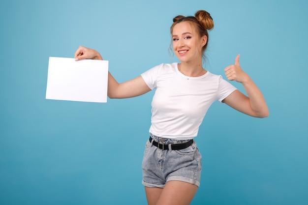 A menina em um espaço azul prende uma bandeira branca e aparece seu dedo