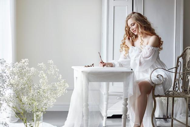 A menina escreve uma carta a seu amado homem