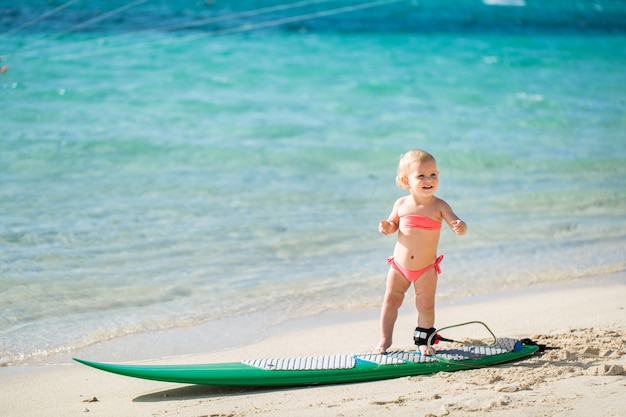 A menina está aprendendo a surfar