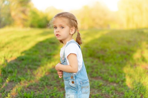 A menina está assustada, perdida no parque.