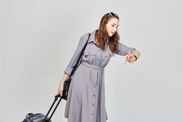 A menina está atrasada para o avião e vai com a bagagem.