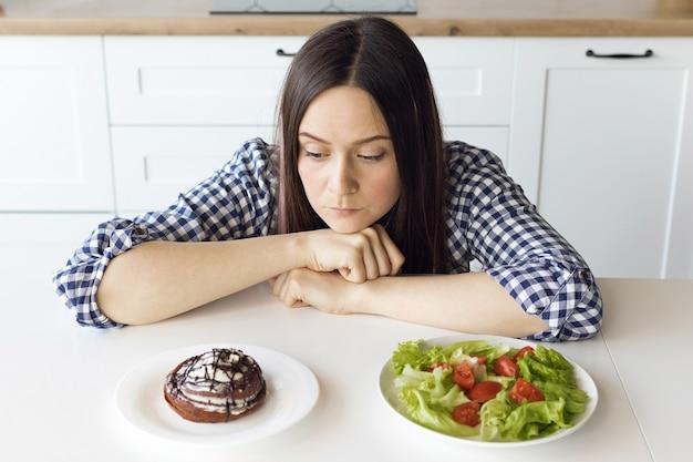 A menina está de dieta, a menina muda seus hábitos alimentares para uma alimentação saudável