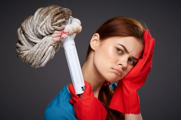 A menina está envolvida na limpeza e desinfecção com luvas de borracha