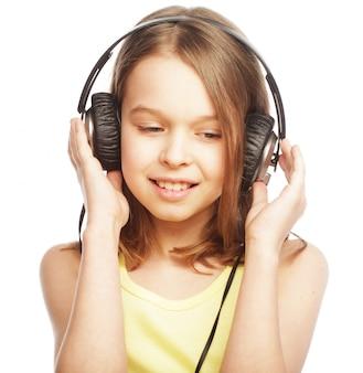 A menina está segurando os fones de ouvido