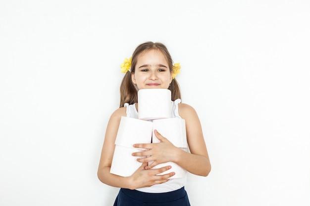 A menina está segurando rolos de papel higiênico, casa, suprimentos