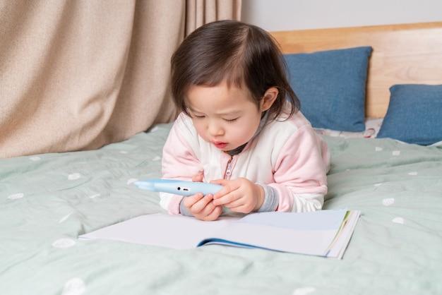 A menina estava lendo na cama