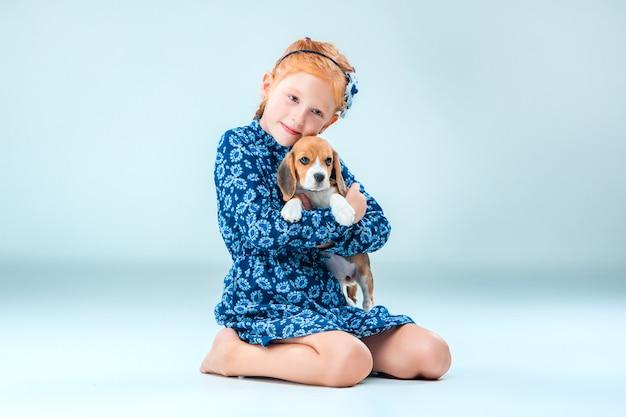 A menina feliz e um cachorro beagle