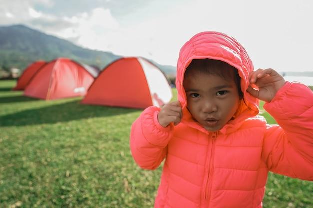 A menina gostou de brincar no acampamento do jardim naquele dia
