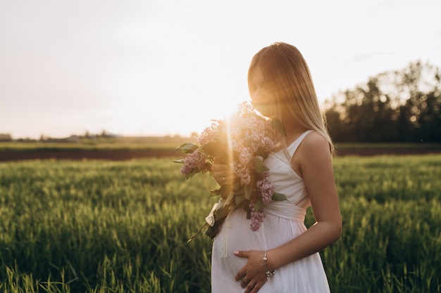 A menina grávida fica no campo
