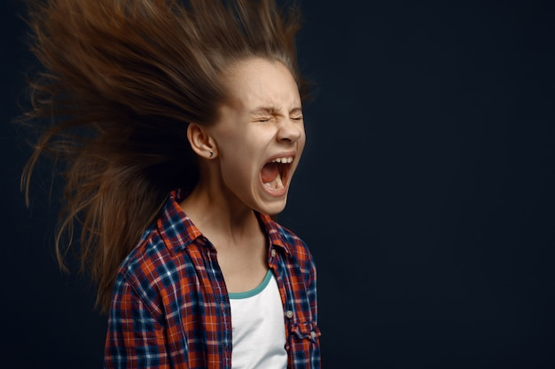 A menina grita, desenvolvendo efeito de cabelo