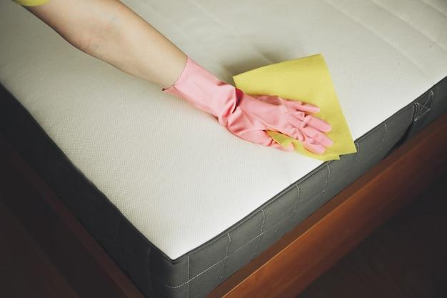 A menina limpa o colchão
