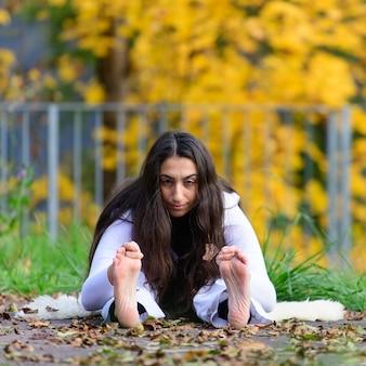 A menina mantém-se ereta na posição de ioga