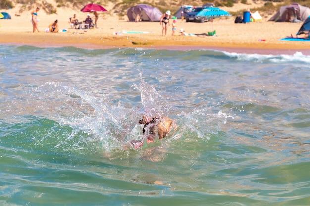 A menina mergulhou na água. aventuras no mar. comportamento seguro na água.