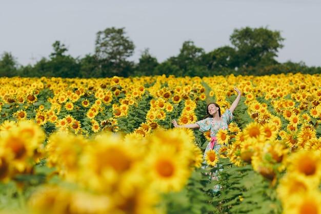 A menina morena em um campo de girassóis