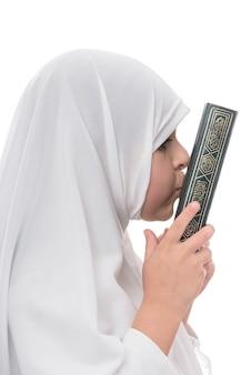 A menina muçulmana adora o alcorão