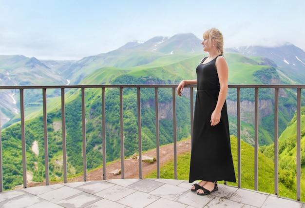A menina olha para as montanhas da geórgia.