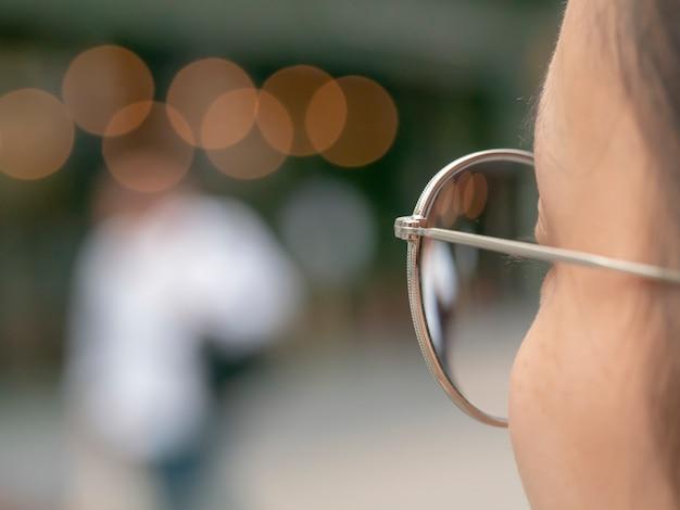 A menina olhando através do vidro