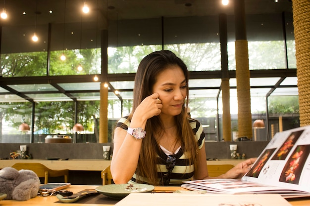 A menina olhou o cardápio em um restaurante japonês.