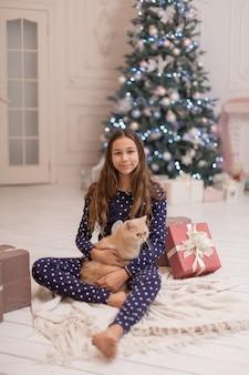 A menina passa as férias de natal com seu gato