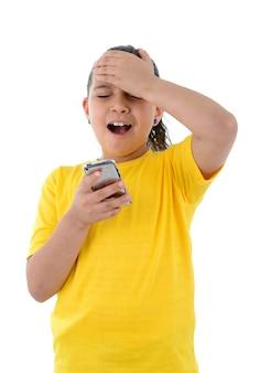 A menina perdeu um jogo no celular