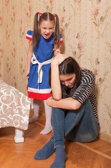 A menina repreendeu a mãe.