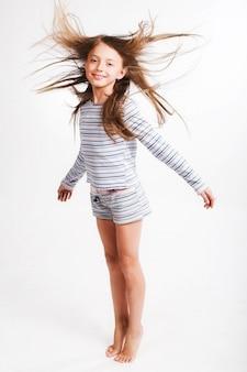 A menina salta sobre o branco