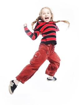 A menina salta sobre um fundo branco