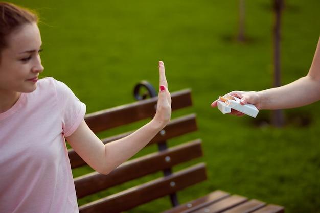 A menina se recusa a fumar. conceito não fumar