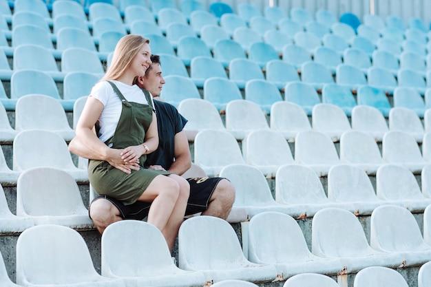 A menina senta-se nos braços de um cara