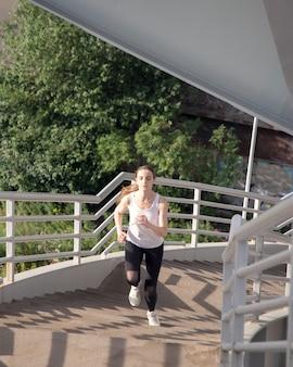 A menina sobe ativamente os degraus da escada