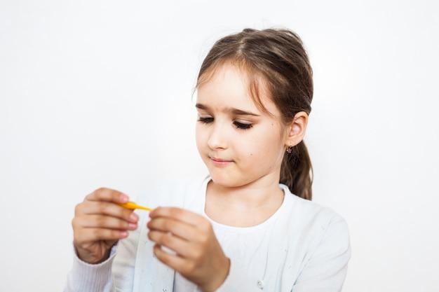 A menina trata seus brinquedos favoritos, gesso, brincar de médico, jogos na infância, quarto de crianças