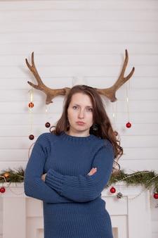 A menina usa os chifres de um cervo