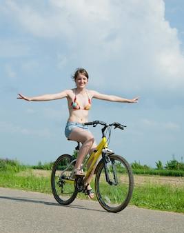 A menina vai de bicicleta